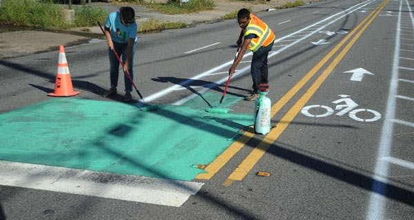 <p>Better Block&#39;s Monica Diodati and a Macon Connects volunteer paint a turning box along the<span>&nbsp;</span>5+ mile pop-up bike network. Photo courtesy of 8 80 Cities.&nbsp;</p>
