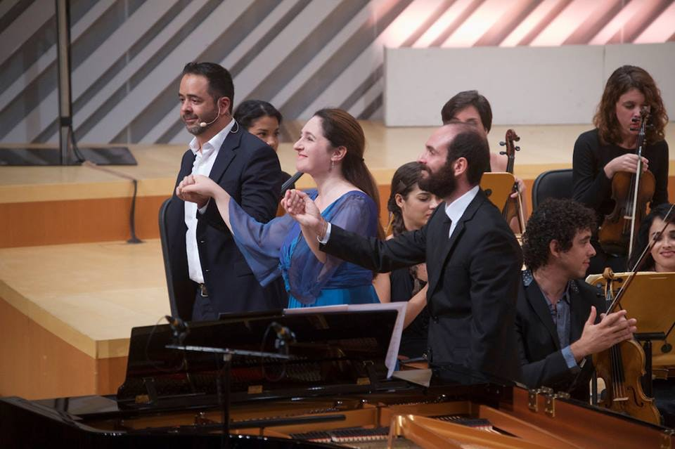 <p>Composer Jorge Mejia, pianist Simone Dinnerstein and conductor José Antonio Mendéz Padrón receive the audience's appreciation. Photo: Gregory Reed</p>